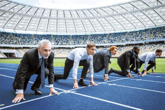 Am Start der Laufbahn sind fünf Geschäftsleute zu sehen: Aufbruch zu neuen Karrierezielen