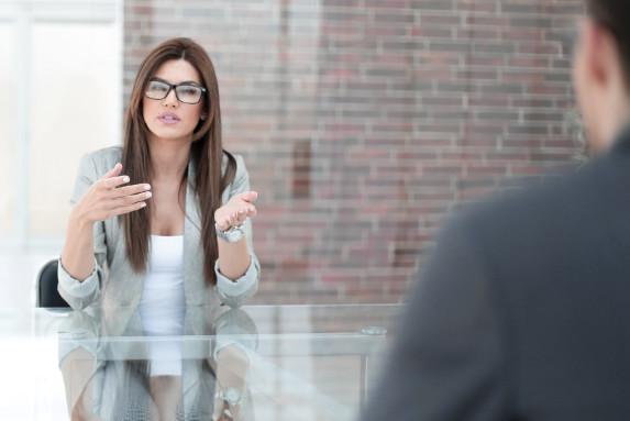 Coach Eva L. im Gespräch mit einem Kandidaten im Rahmen der Personalvermittlung